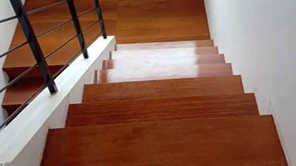 tangga kayu rumah