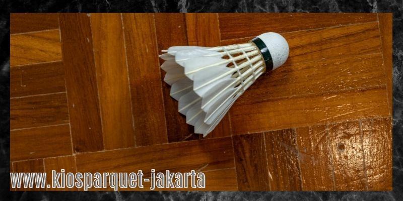 material terbaik untuk lapangan badminton - lantai kayu solid